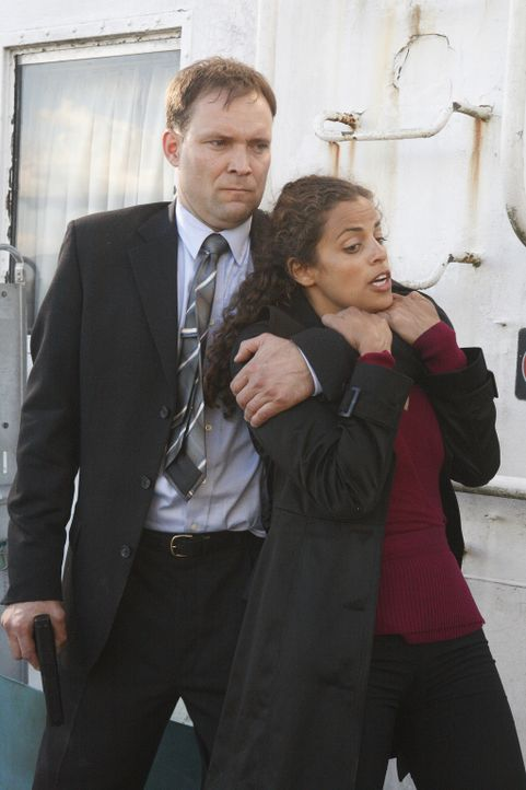 Becker (Eric Brecker, l.) hat Melina Cruz (Athena Karkanis, r.) in seiner Gewalt gebracht. Wird Neil Shaw sie noch rechtzeitig retten können? - Bildquelle: 2008 Operation Eagle Productions Inc. All Rights Reserved.