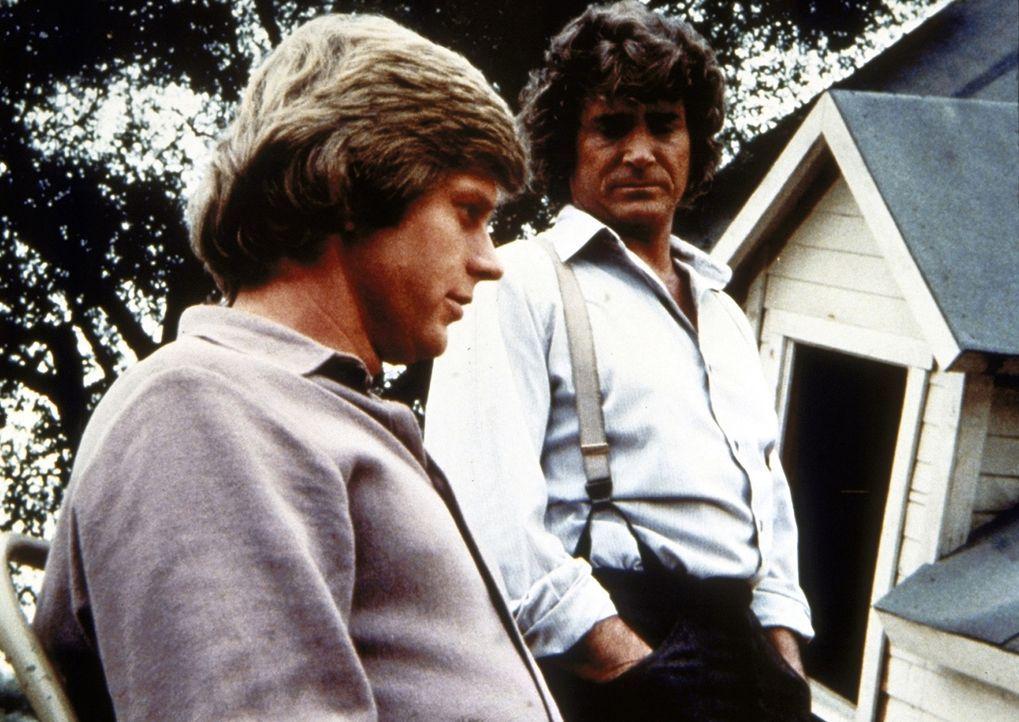 Charles Ingalls (Michael Landon, r.) betrachtet sich mit seinem Schwiegersohn Almanzo Wilder (Dean Butler, l.) dessen Haus, das bei einem Tornado ze... - Bildquelle: Worldvision
