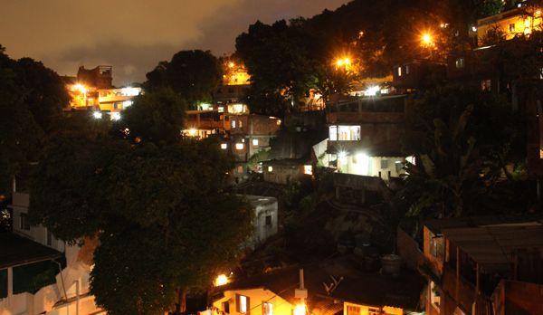 Die Favela Babilonia bei Nacht - Bildquelle: kabel eins