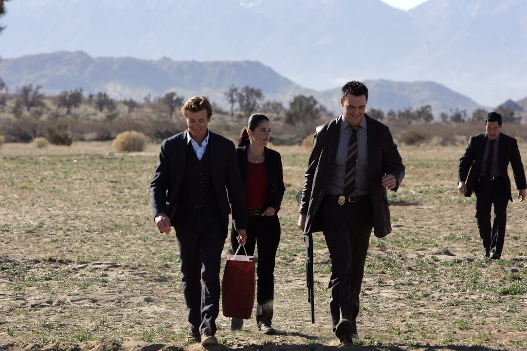 Patrick (Simon Baker, l.) und seine Kollegen Wayne (Owain Yeoman, 2.v.r.), Kendall (Tim Kang, r.) und Teresa (Robin Tunney, 2.v.l.) versuchen die my... - Bildquelle: Warner Bros. Television