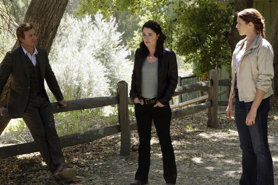 Justin Prentiss, Schüler eines Waldinternats, wird erschlagen aufgefunden. Patrick (Simon Baker, l.), Teresa (Robin Tunney, M.) und Grace (Amanda Ri... - Bildquelle: Warner Bros. Television