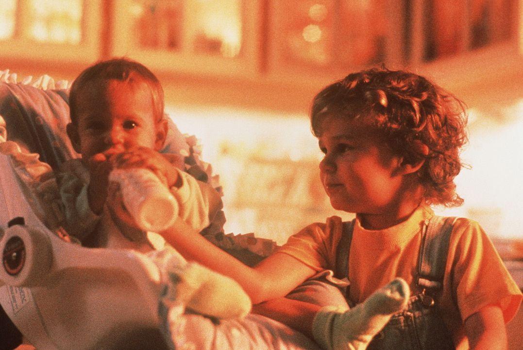 Zuerst ist Mikey (Lorne Sussman, r.) überhaupt nicht begeistert von dem Gedanken, ein Schwesterchen zu bekommen. Doch dann versteht er sich mit Jul... - Bildquelle: TriStar Pictures