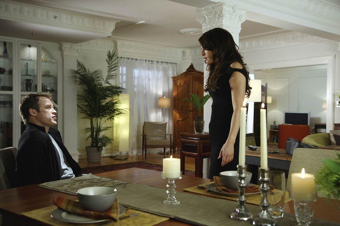 Chance (Mark Valley, l.) sucht Agent Emma Barnes (Emmanuelle Vaugier, r.) auf, die nach der Geschichte in der russischen Botschaf zunächst nicht seh... - Bildquelle: Warner Brothers
