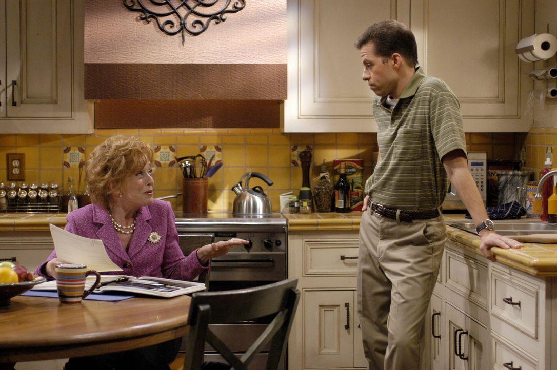 Charlie und Alan (Jon Cryer, r.) haben einen Plan: Sie wollen sich endlich gegen ihre Mutter Evelyn (Holland Taylor, l.) auflehnen, die immer noch v... - Bildquelle: Warner Brothers Entertainment Inc.