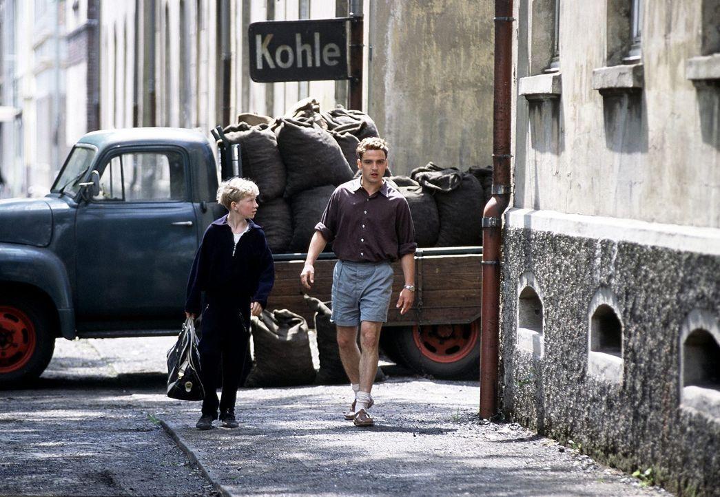 Matthias' (Louis Klamroth, l.) Vorbild und Vaterfigur ist der junge Essener Fußballer Helmut Rahn (Sascha Göpel, r.), der den Jungen als Taschentr... - Bildquelle: Senator Film