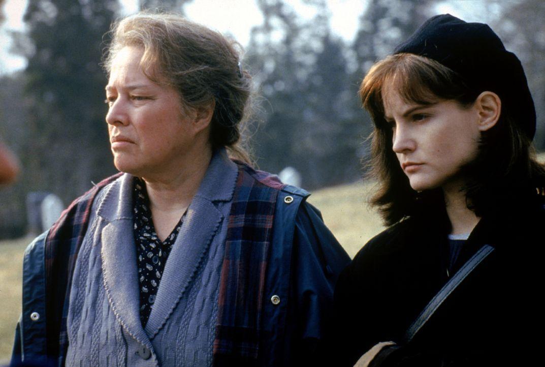 Dolores Claiborne (Kathy Bates, l.); Selena St. George (Jennifer Jason Leigh, r.) - Bildquelle: Warner Bros.