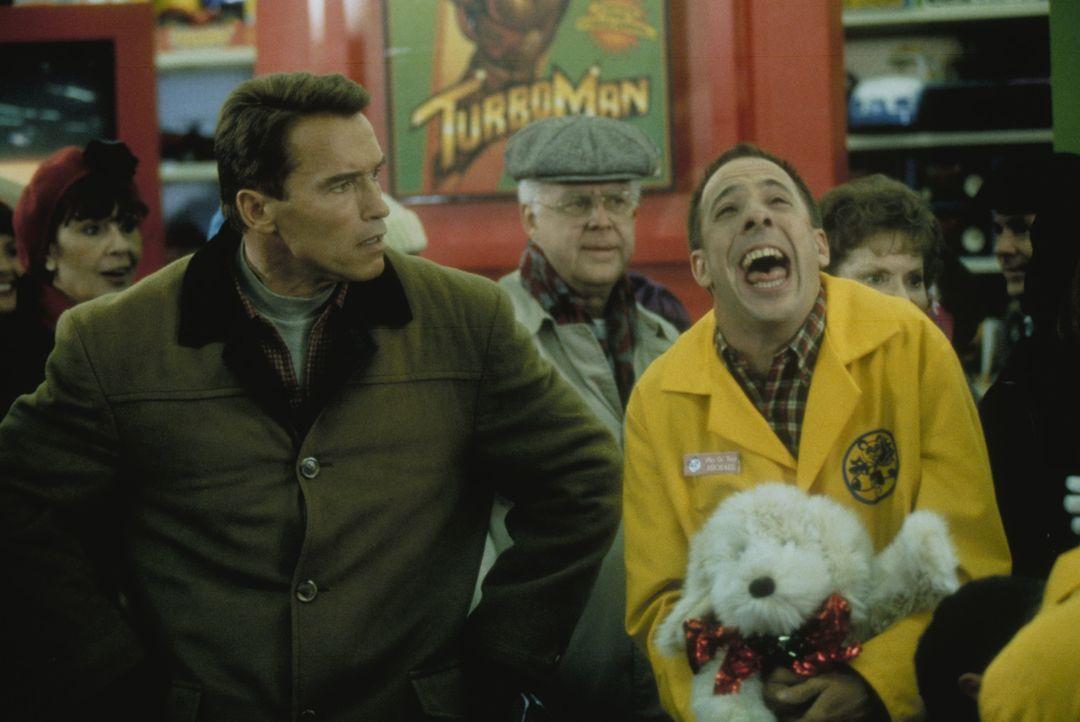Um sein Versprechen einhalten zu können, muss Howard Langston (Arnold Schwarzenegger, l.) einiges aushalten ... - Bildquelle: 1996 Twentieth Century Fox Film Corporation. All rights reserved.