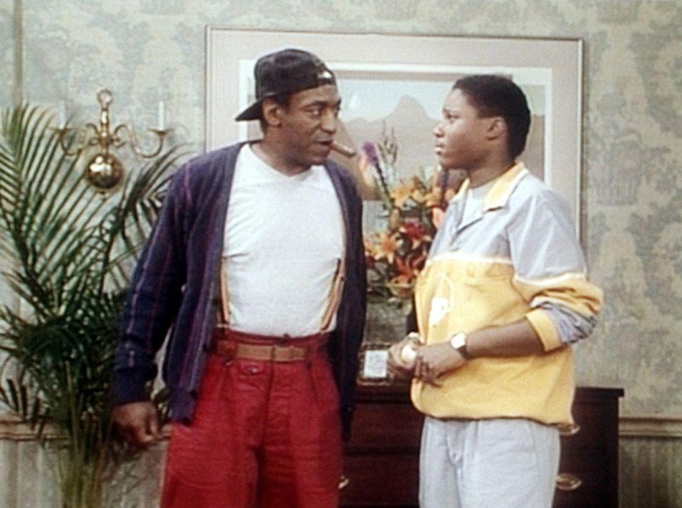 Cliff (Bill Cosby, l.) spielt den Hauswirt und erklärt seinem Mieter Theo (Malcolm-Jamal Warner, r.) die Hausordnung. - Bildquelle: Viacom