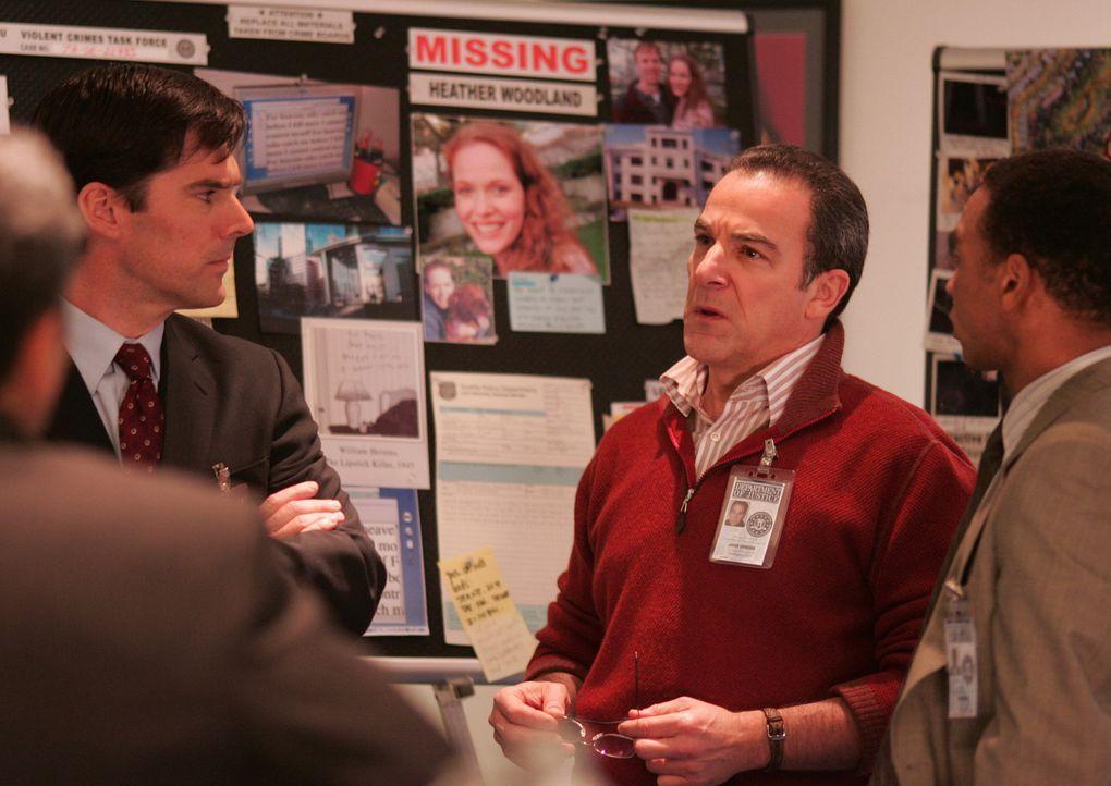 Auf der Jagd nach einem Serienmörder, tappen Aaron Hotchner (Thomas Gibson, 2.v.l.) und Jason Gideon (Mandy Patinkin, 2.v.r.) anfangs noch im Dunke... - Bildquelle: Touchstone Television
