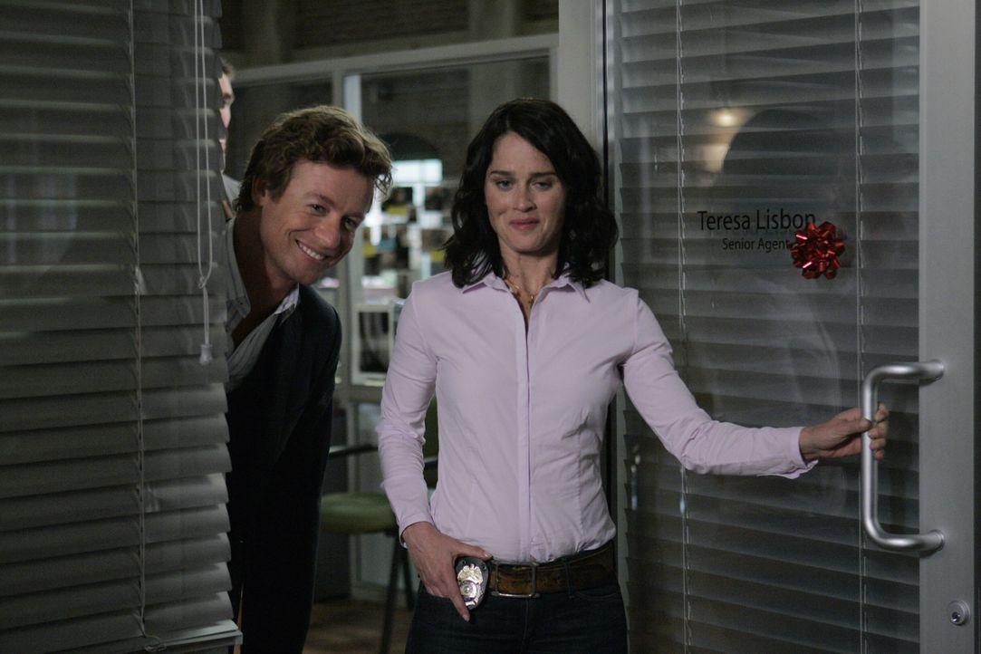 Raffiniert gehen Patrick (Simon Baker, l.) und Teresa (Robin Tunney, r.) vor, um einen neuen Mordfall zu lösen ... - Bildquelle: Warner Bros. Television