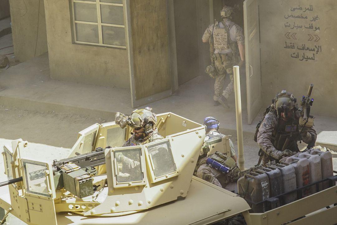 Um Informationen über eine mögliche Chemiewaffenproduktion zu sammeln, wird das Navy SEAL Team nach Syrien geschickt, doch dann werden sie von einer... - Bildquelle: Monty Brinton Monty Brinton/CBS   2017 CBS Broadcasting, Inc. All Rights Reserved. / Monty Brinton
