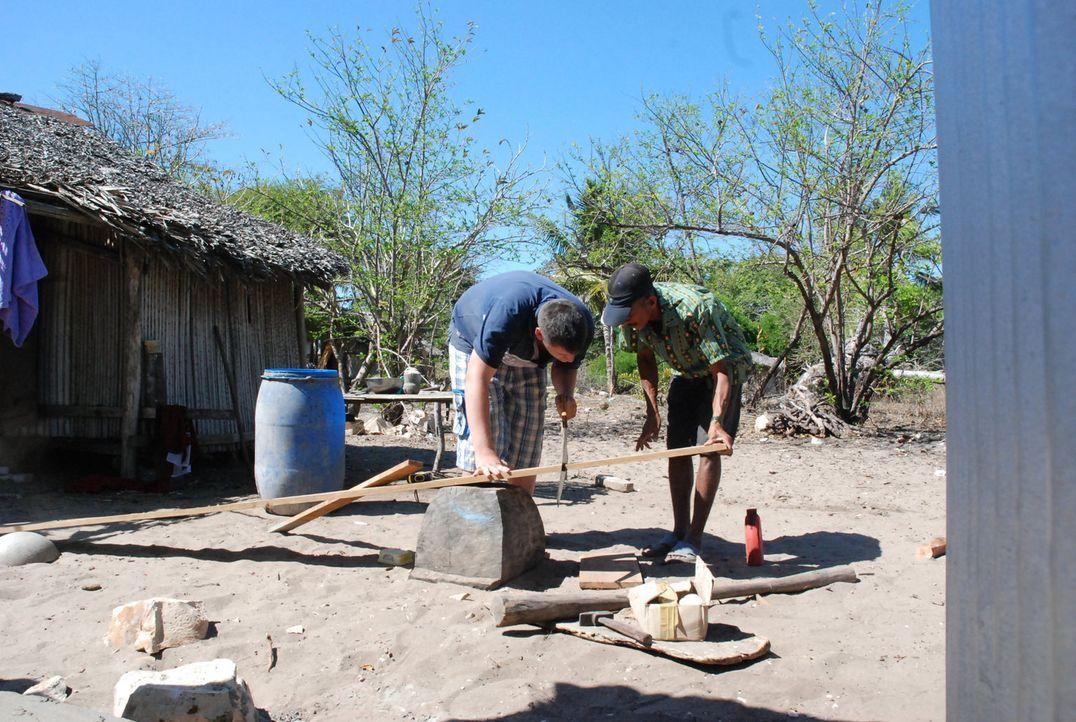 Auf Madagaskar muss der 15-jährige Fabian (l.) richtig mitanpacken ... - Bildquelle: kabel eins
