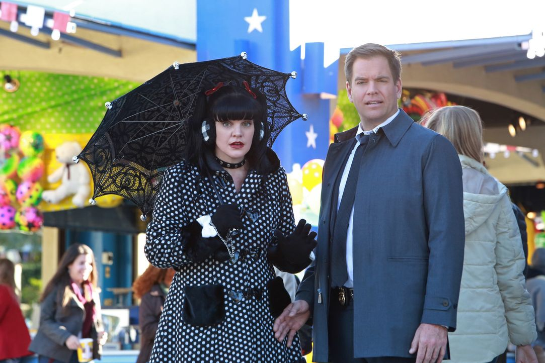 Abbys (Pauley Perrette, l.) Bruder soll die Passagiere sowie die Crew eines Privatflugzeuges vergiftet haben. Gemeinsam mit Tony (Michael Weatherly,... - Bildquelle: Bill Inoshita 2015 CBS Broadcasting, Inc. All Rights Reserved / Bill Inoshita