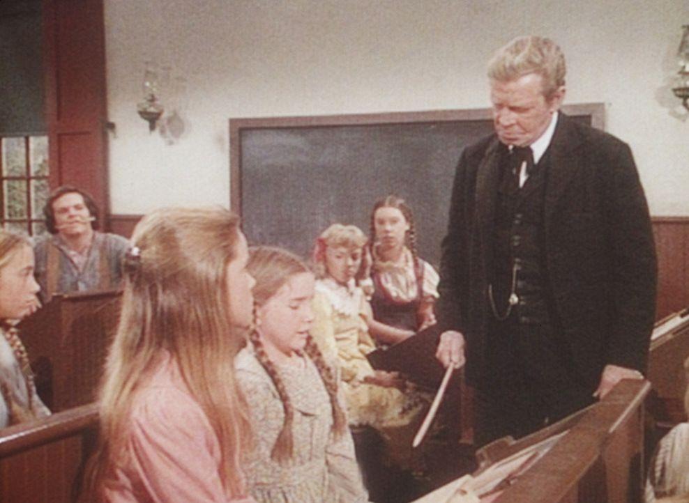Gegen Mr. Applewood (Richard Basehart, r.) hat Laura (Melissa Gilbert, M.) keine Chance, denn der tyrannische Lehrer findet immer einen Grund, um si... - Bildquelle: Worldvision