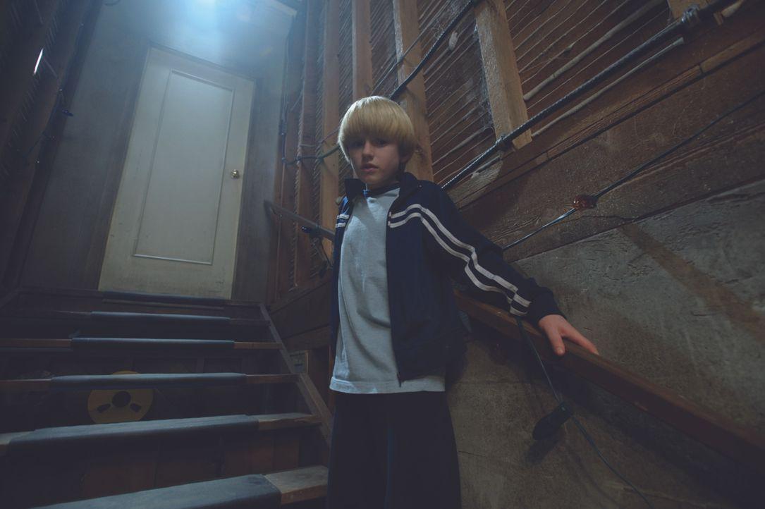 Lucas (Nathan Gamble) und sein älterer Bruder Dane entdecken eine seltsame Falltür im Keller ihres neuen Hauses. Sie öffnen sie natürlich! Ein boden... - Bildquelle: 2009 Ed Araquel/Bold FIlms
