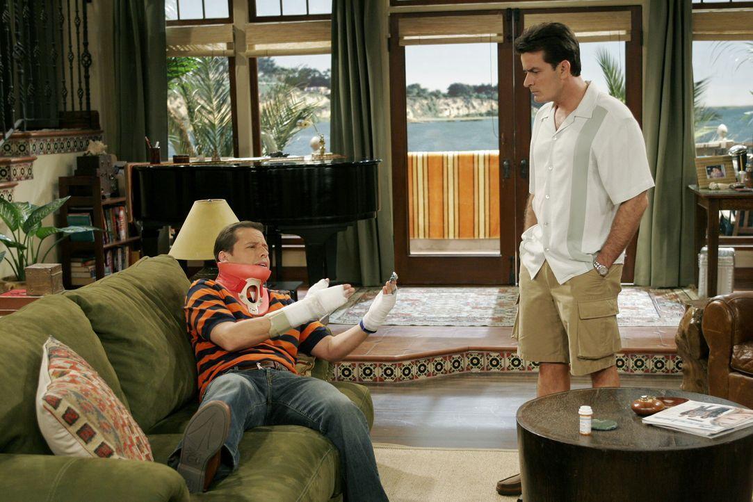 Nach dem schlimmen Sturz von Alan (Jon Cryer, l.) übernimmt Charlie (Charlie Sheen, r.) die Beaufsichtigung seines Neffen Jake ... - Bildquelle: Warner Brothers Entertainment Inc.