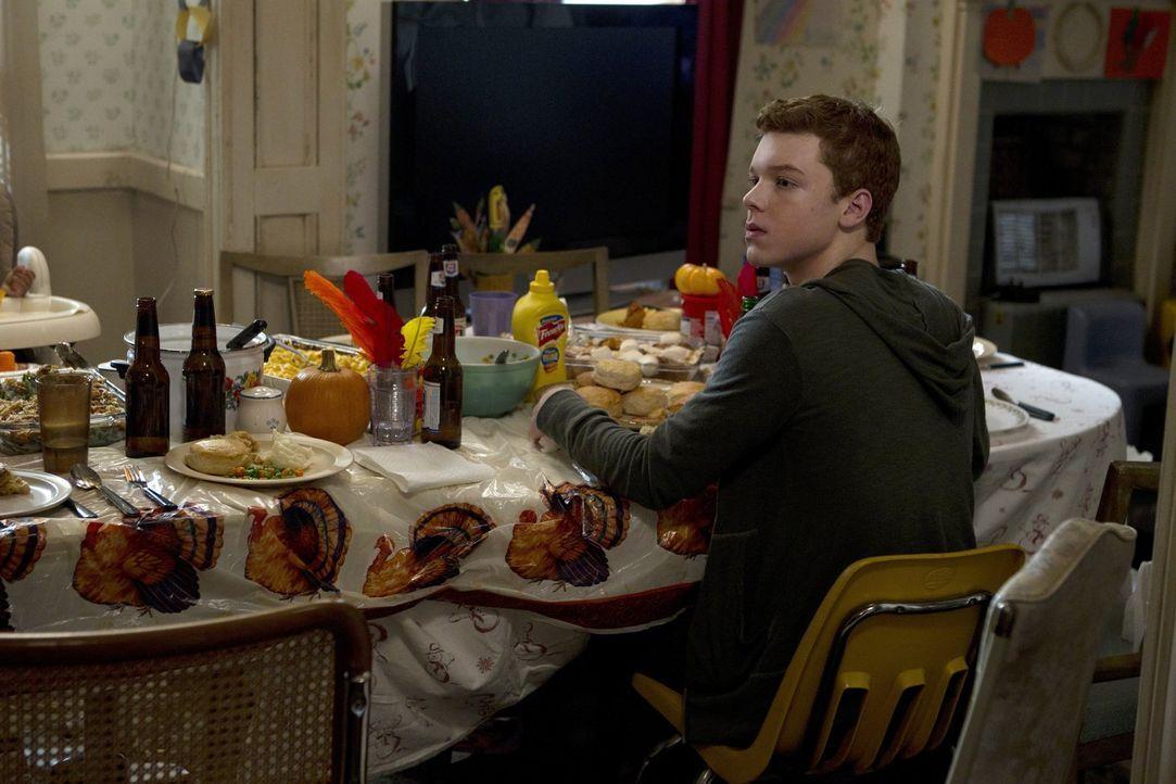 Ist Frank zu spät damit, Monica ihre Medikamente wieder zu verabreichen? Ian (Cameron Monaghan) hilft seinem Vater mit seiner Mutter ... - Bildquelle: 2010 Warner Brothers