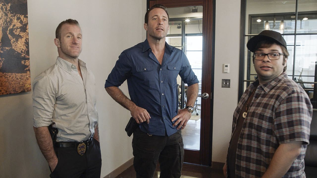 "(v.l.n.r) Danny ""Danno"" Williams (Scott Caan); Steve McGarrett (Alex O'Loughlin); Ricky Schiff (Charlie Saxton) - Bildquelle: 2019 CBS Broadcasting, Inc. All Rights Reserved"