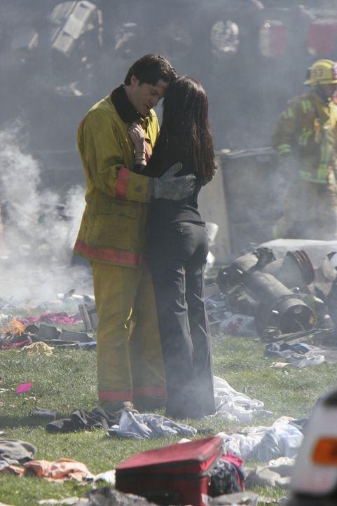 Ein riesiges Passagierflugzeug ist auf dem Platz vor dem Rathaus abgestürzt. Jim (David Conrad, l.) ist überglücklich, dass Melinda (Jennifer Love H... - Bildquelle: ABC Studios
