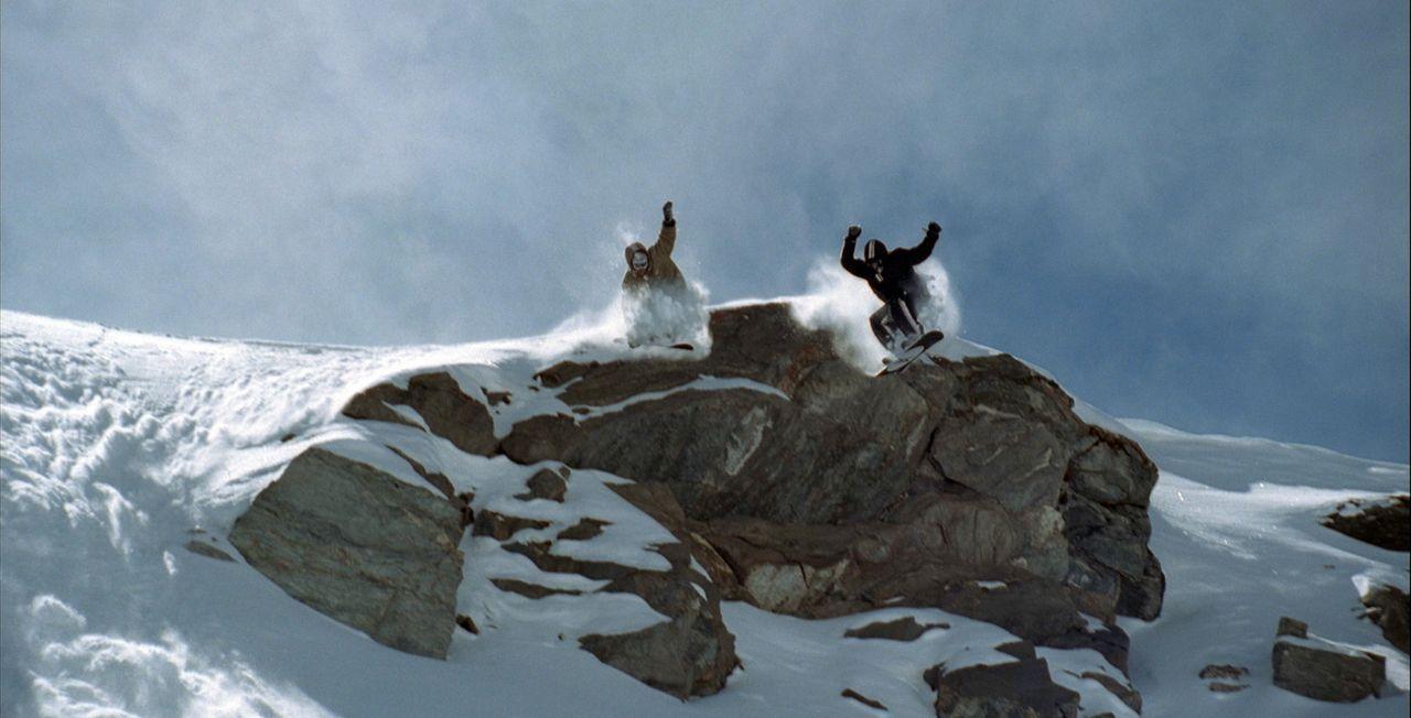 Ein talentierter, junger Snowboarder (Nicolas Duvauchelle, l.) wird von dem Superprofi Josh Attersen (Grégoire Colin, r.) unter die Fittiche genomm... - Bildquelle: Canal+