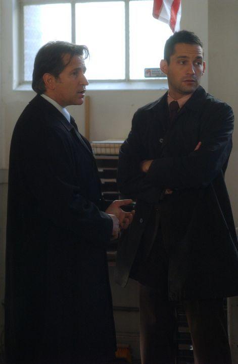 Jack (Anthony LaPaglia, l.) und Danny Taylor (Enrique Murciano, r.) suchen nach dem hoch angesehenen Feuerwehrmann Scott Marshall, der während eines... - Bildquelle: Warner Bros. Entertainment Inc.
