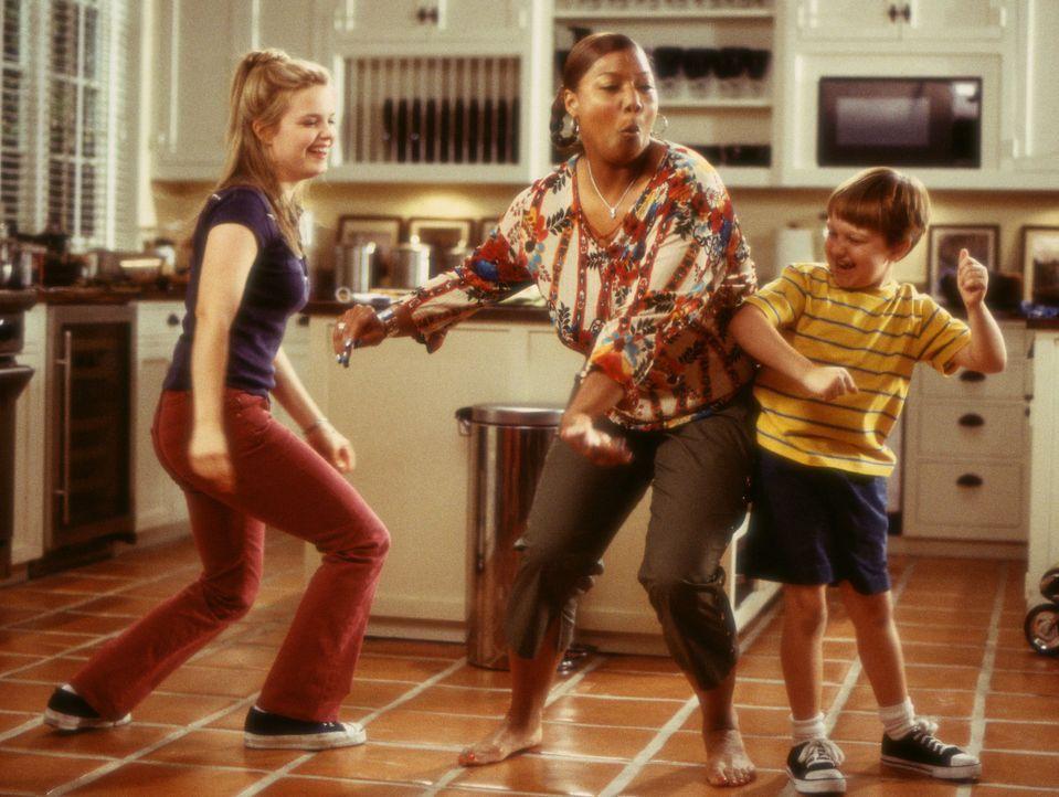 Recht schnell gelingt es Charlene (Queen Latifah, M.), Sarah (Kimberly J. Brown, l.) und Georgey (Angus T. Jones, r.) für sich zu gewinnen ... - Bildquelle: Touchstone Pictures