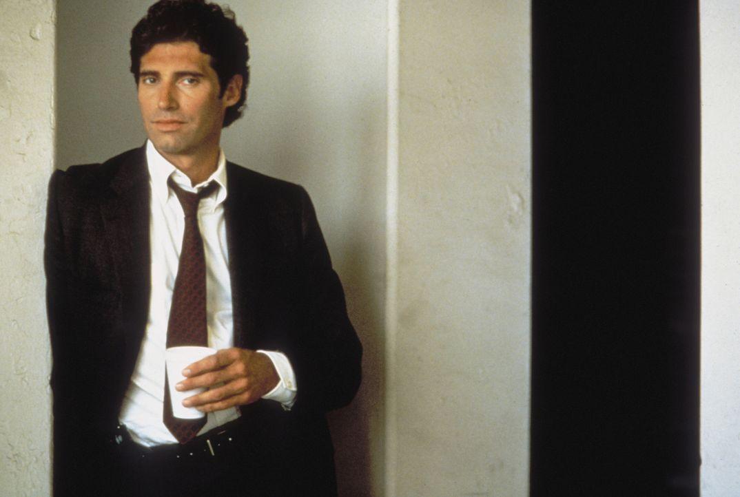 Der ermittelnde Detective Tom Beck (Michael Nouri, r.) kann nur schwer glauben, was ihm sein Kollege berichtet: Ein böses Alien in Form eines schle... - Bildquelle: Warner Brothers