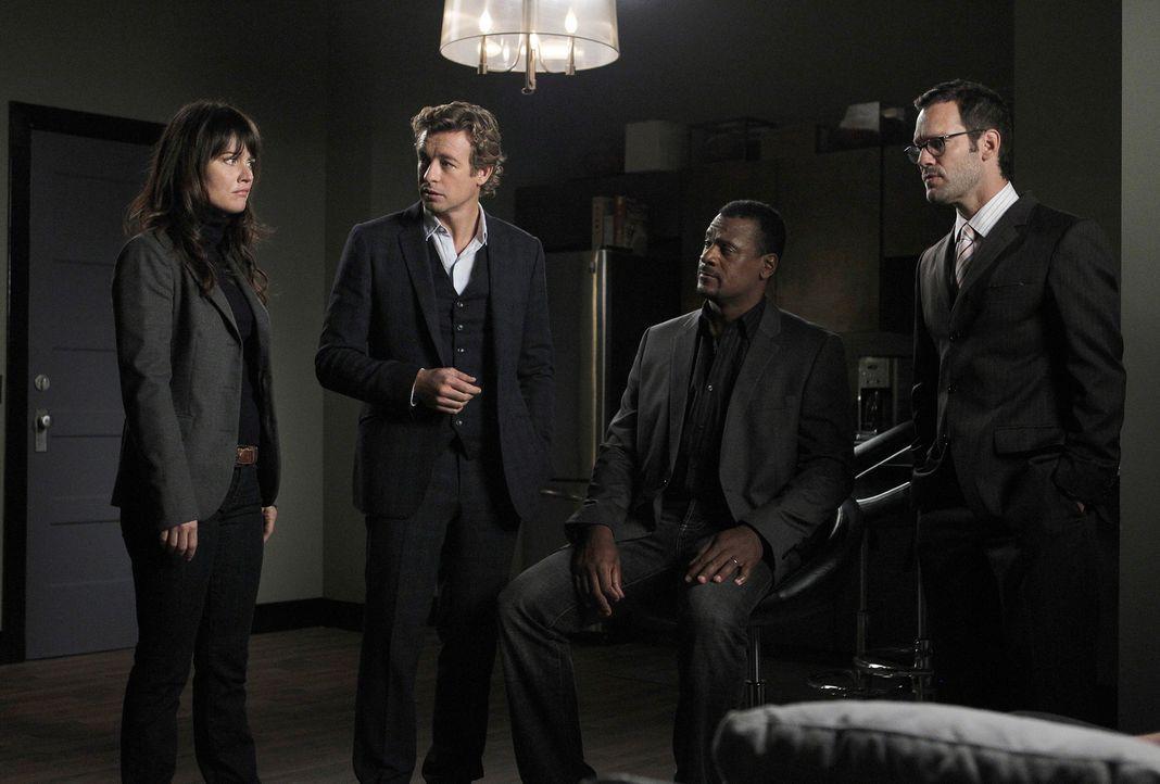 Bei den Ermittlungen in einem neuen Fall, stoßen Teresa (Robin Tunney, l.) und Patrick (Simon Baker, 2.v.l.) auf Steve Penn (Eric John Bentley, 2.v.... - Bildquelle: Warner Bros. Television
