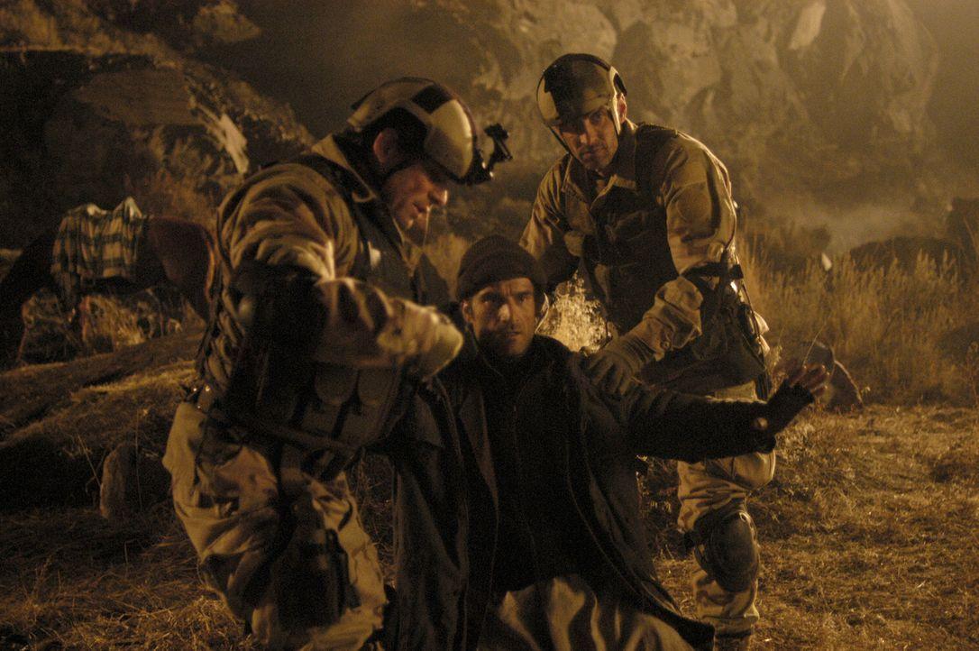 Der DEA-Agent Mike McKay (Elias Koteas, M.) gerät bei einem Drogeneinsatz in Afghanistan in eine brenzlige Situation ... - Bildquelle: Universal Studios