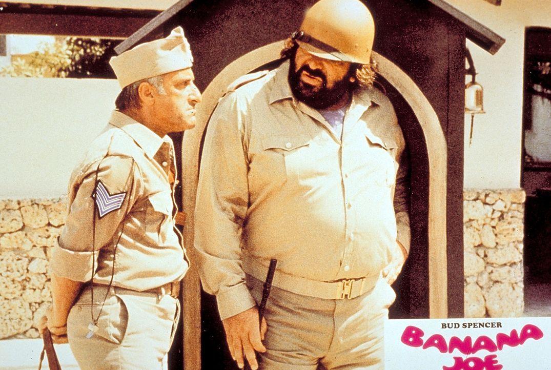 Banana Joe (Bud Spencer, r.) braucht eine Lizenz für den Verkauf von Bananen. Sarto (Gunter Philipp, l.) kann ihm leider nicht helfen ...