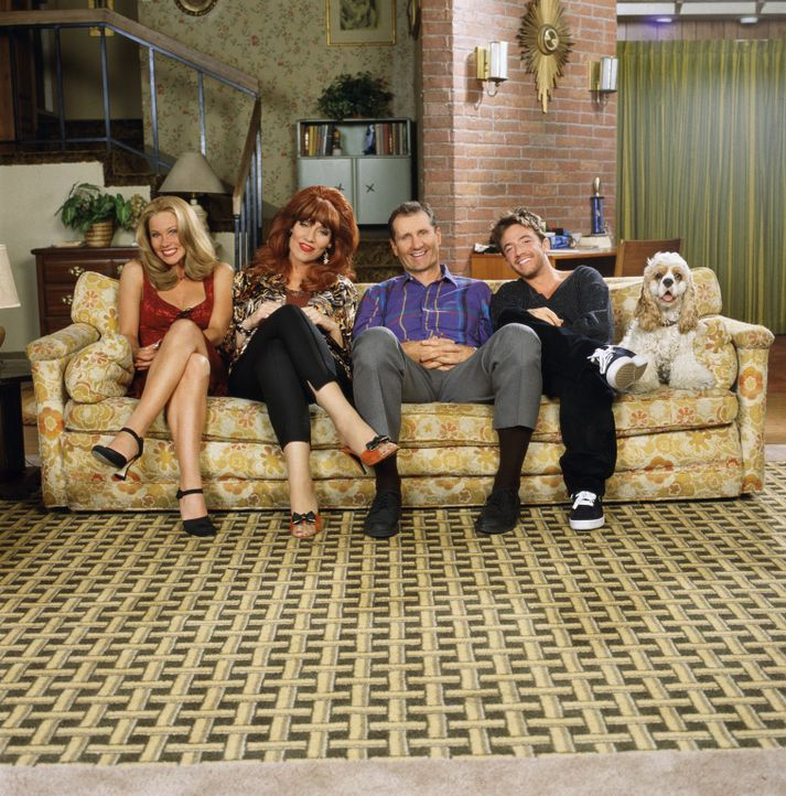 (10. Staffel) - Eine schrecklich nette Familie (v.l.n.r.): Kelly (Christina Applegate), Peggy (Katey Sagal), Al (EdO'Neil) und Bud (David Faustino) - Bildquelle: Sony Pictures Television International. All Rights Reserved.