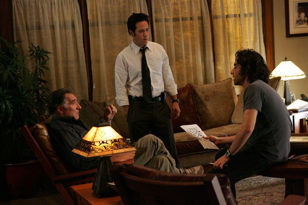 Während Don (Rob Morrow, M.), Charlie (David Krumholtz, r.) und Alan (Judd Hirsch, l.) noch rätseln, wieso vier verschiedene Mittel vergiftet worden... - Bildquelle: Paramount Network Television