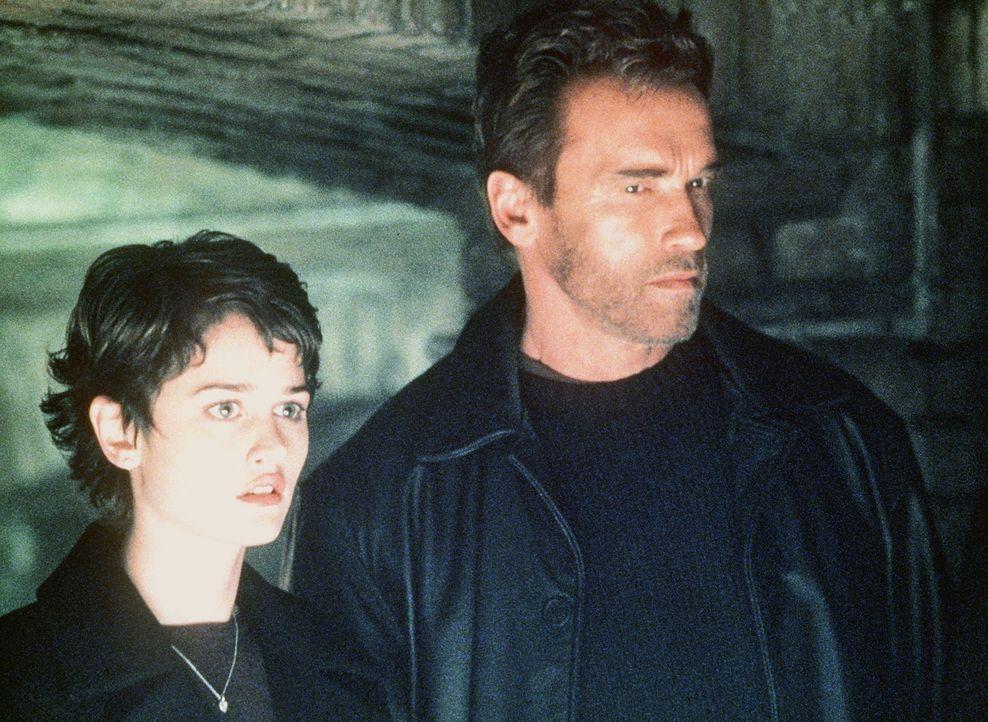 Was Jericho Cane (Arnold Schwarzenegger, r.) noch nicht weiß: Christine (Robin Tunney, l.) ist von Satan selbst als Braut und als Mutter des Anti-C...