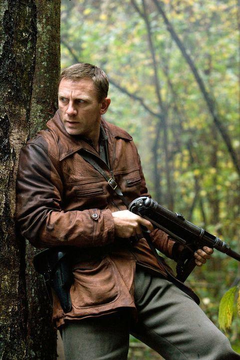 Auf der Flucht vor den Nazis verstecken sich der Jude Tuvia Bielski (Daniel Craig) und seine Brüder im Jahr 1941 in den undurchdringlichen Wäldern... - Bildquelle: 2009 Constantin Film Verleih