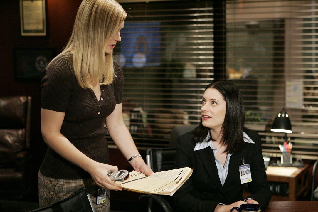 JJ (AJ Cook, l.) und Emily Prentiss (Paget Brewster, r.) suchen nach Hinweisen, um einen neuen Fall lösen zu können ... - Bildquelle: Touchstone Television