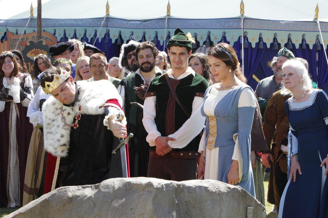 Während Paige (Katharine McPhee, vorne r.) es genießt, dass ihr König Phillip (Brandon Barash, vorne l.) auf dem Mittelalterfestival den Hof macht,... - Bildquelle: Bill Inoshita 2017 CBS Broadcasting, Inc. All Rights Reserved. / Bill Inoshita