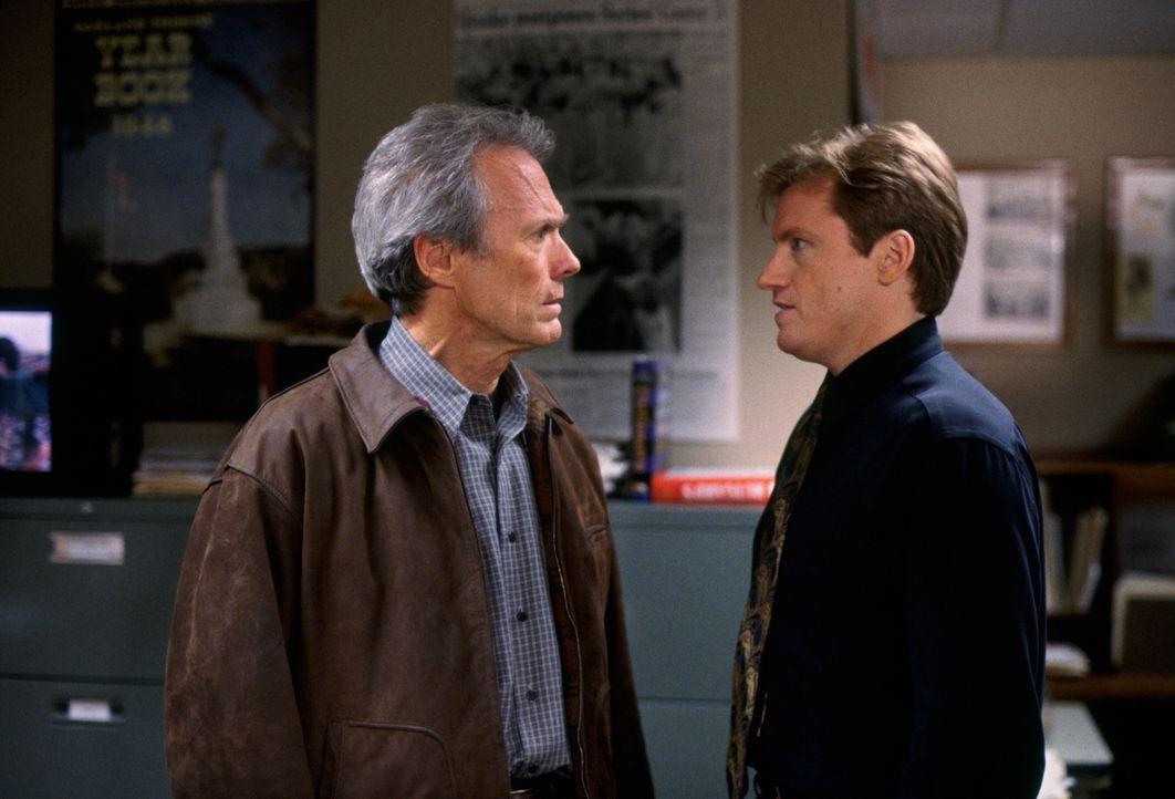 Geraten ständig aneinander, da Steve Everett (Clint Eastwood, l.) mit Bobs (Denis Leary, r.) Frau geschlafen hat ... - Bildquelle: Warner Bros.