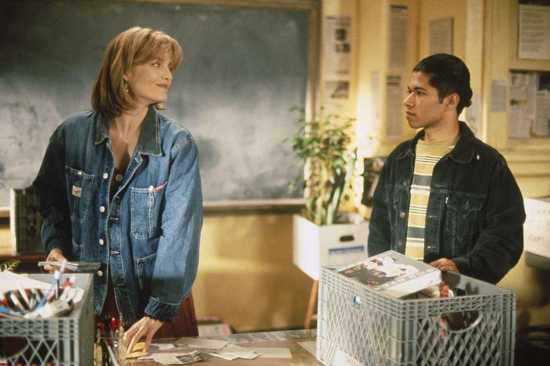 Mit ihren unorthodoxen Methoden erreicht LouAnne Johnson (Michelle Pfeiffer, l.) sogar den coolen Rauol Sanchero (Renoly Santiago, r.) ? - Bildquelle: Hollywood Pictures