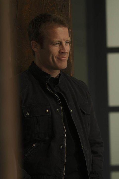 Chance (Mark Valley) schleust sich als Mitglied einer Verbrecherorganisation ein, um Ames aus ihrer misslichen Lage zu befreien ... - Bildquelle: 2011  Warner Bros.