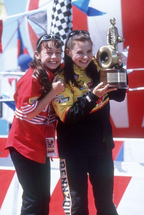 Ein großer Tag für Erika (Beverly Mitchell, r.) und ihre Schwester Courtney Enders (Brie Larson, l.) ... - Bildquelle: Disney Channel