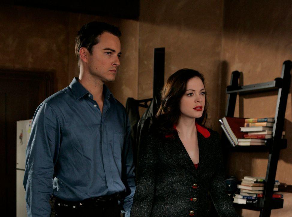 Im Kampf gegen das Böse: Paige (Rose McGowan, r.) und Kyle (Kerr Smith,l.) ... - Bildquelle: Paramount Pictures