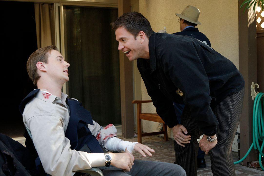 Beim Stürmen eines Hauses, wurde McGee (Sean Murray, l.) von einem Hund angefallen und somit hat er auch das Gespött von Tony (Michael Weatherly, r.... - Bildquelle: CBS Television