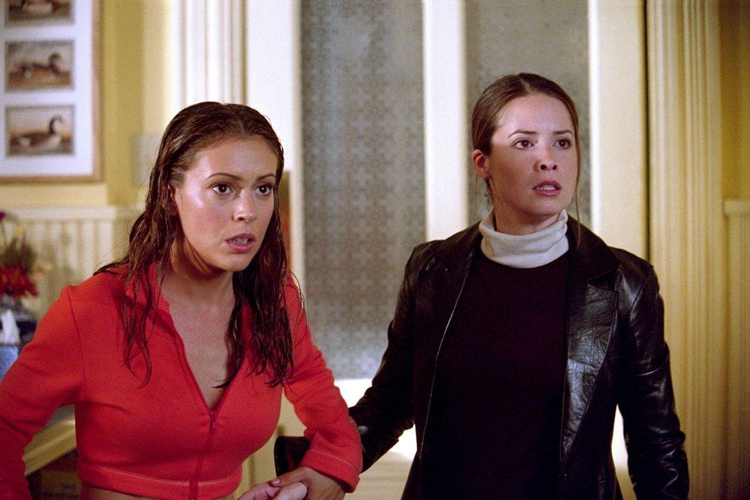 Ein Schockdämon hat es auf Piper (Holly Marie Combs, r.) und Phoebe (Alyssa Milano, l.) abgesehen. Er benutzt die Elektrizität, um sie zu quälen... - Bildquelle: Paramount Pictures