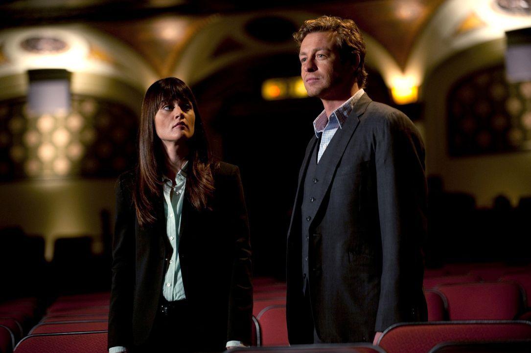 Ermitteln in einem neuen Mordfall: Patrick (Simon Baker, r.) und Teresa (Robin Tunney, l.) ... - Bildquelle: Warner Bros. Television
