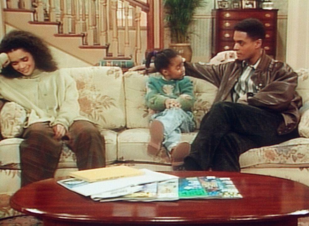 Rudy (Keshia Knight Pulliam, M.) hat eine schwierige Aufagbe: Sie muss zwischen Denise (Lisa Bonet, l.) und ihrer Telefon-Bekanntschaft vermitteln. - Bildquelle: Viacom