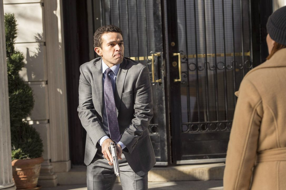 Was hat Marco Da Silva (Rey Lucas, l.) mit dem Mord an der Brasilianerin Viviana Costa zu tun. Laura (Debra Messing, r.) und ihr Team versuchen, die... - Bildquelle: Warner Bros. Entertainment, Inc.