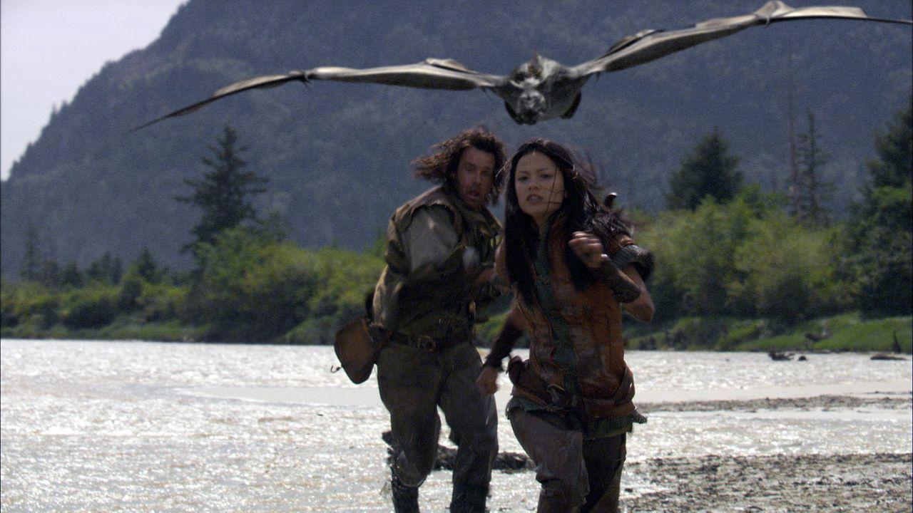 Werden sie den Drachen besiegen können? John Serragoth (David James Elliott, l.) und Perfidia (Natassia Malthe, r.) - Bildquelle: 2008 Dragonsteel Films Inc.