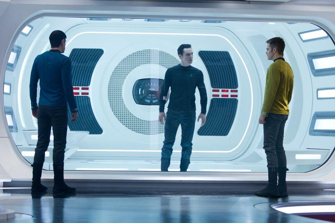 """Noch ist Kirk (Chris Pine, r.) und Spock (Zachary Quinto, l.) nicht wirklich klar, dass John Harrison """"Khan"""" (Benedict Cumberbatch, M.) ein richtig... - Bildquelle: Zade Rosenthal 2013 Paramount Pictures.  All Rights Reserved. / Zade Rosenthal"""