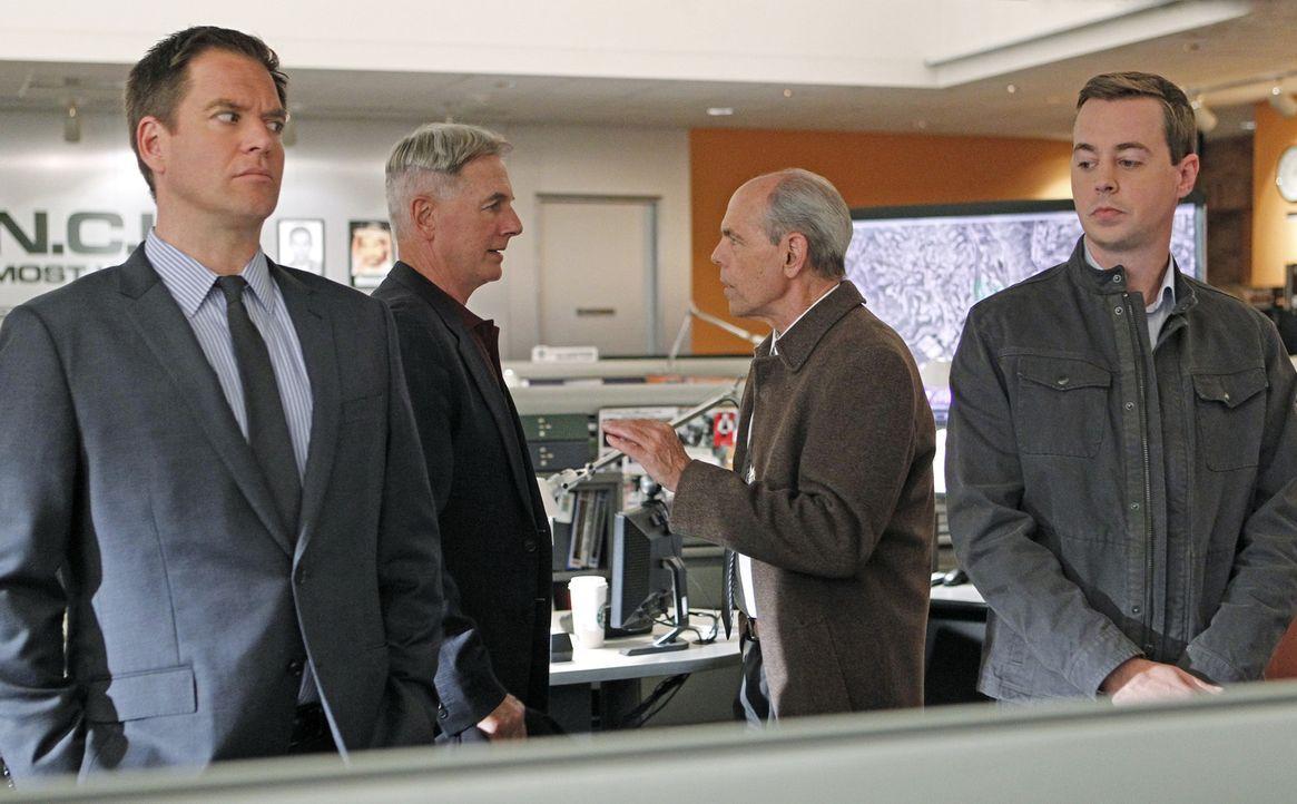Während der Ermittlungen zu einem Mordfall kommt es zu Komplikationen, als das Team um Tony (Michael Weatherly, l.) und McGee (Sean Murray, r.) hera... - Bildquelle: CBS Television