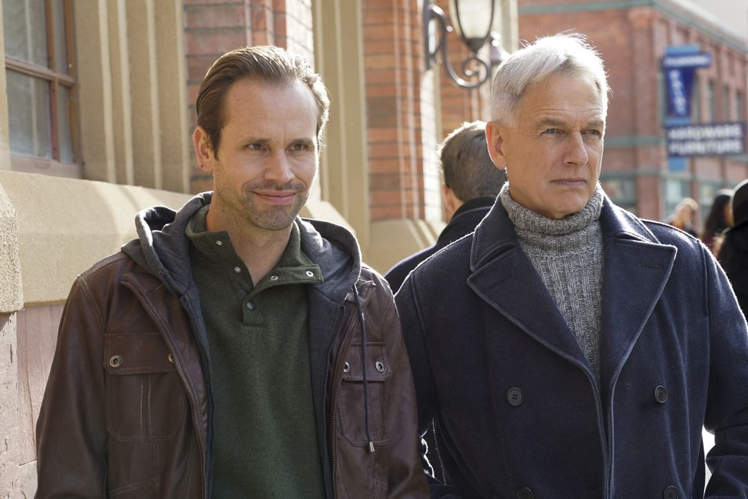 Warum nimmt Gibbs (Mark Harmon, r.) seinen Decknamen an und taucht unter, als er den Bruder (Tobias Jelinek, l.) eines auf der NCIS Most Wanted List... - Bildquelle: Cliff Lipson 2016 CBS Broadcasting, Inc. All Rights Reserved / Cliff Lipson